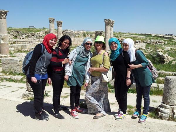 Молодые иорданцы крайне общительны. Им нечего бояться, они с радостью идут на контакт с иностранцами