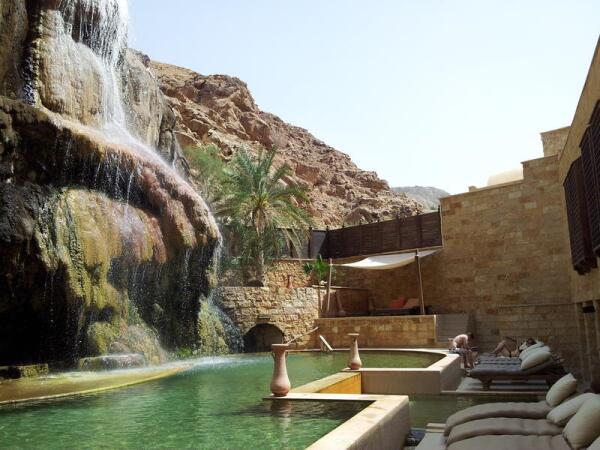 Hot springs - знаменитые термальные источники. Горячие ключи бьют прямо из горы. Омолаживающий эффект замечается сразу