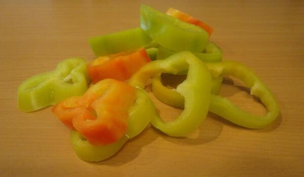 Плоды перчика режем поперек на колечки по толщине второго, фаршевого слоя...