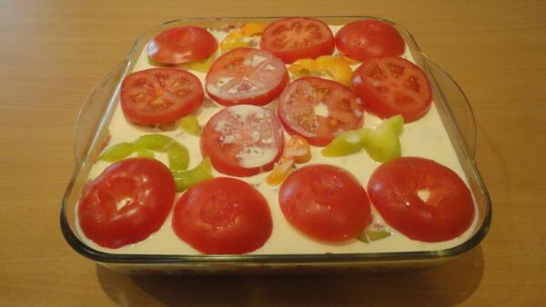 Заливаем сливочно-яичной смесью верхний, перечно-помидорный слой...