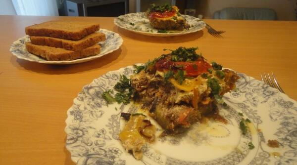 А вот так это блюдо (у меня оно пока без названия) выглядит на столе.