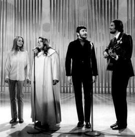 Группа MAMAS & PAPAS: Мишель Филлипс, Касс Эллиот, Дон Догерти, Джон Филлипс.