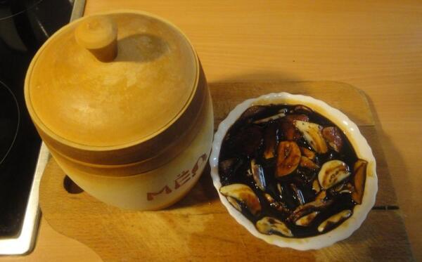 Чеснок и  имбирь заливаем 100-120 граммами соевого соуса, добавляем столовую ложку меда