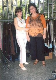 У тёти Лены (справа) магазин женской одежды