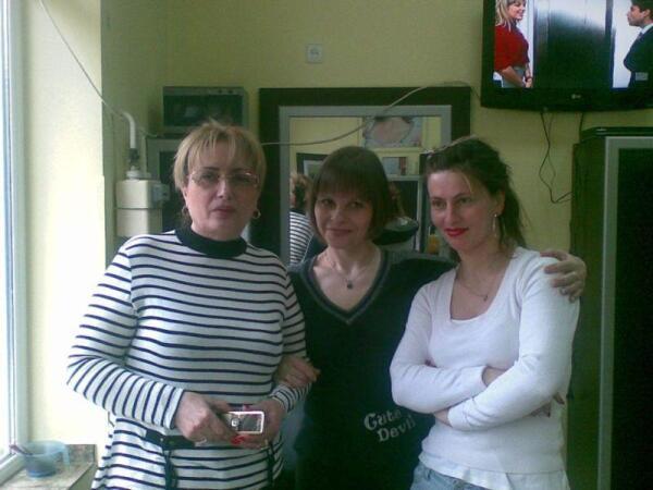Афина (слева) - хозяйка парикмахерской