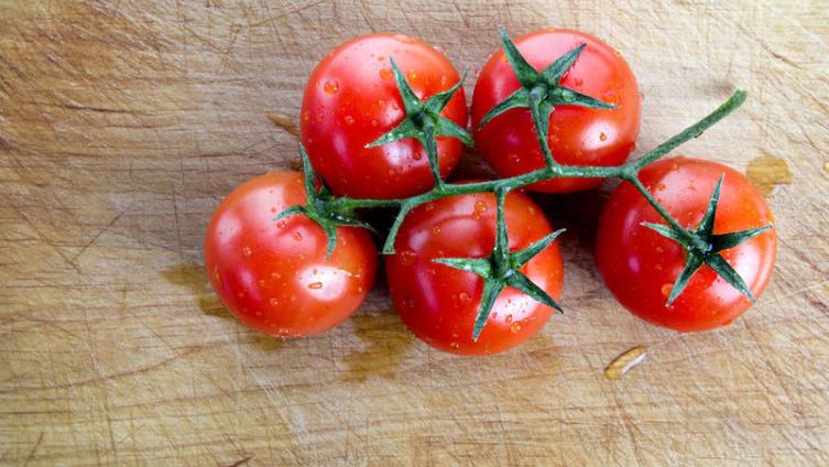 А что предпочитаете вы - томаты или помидоры?