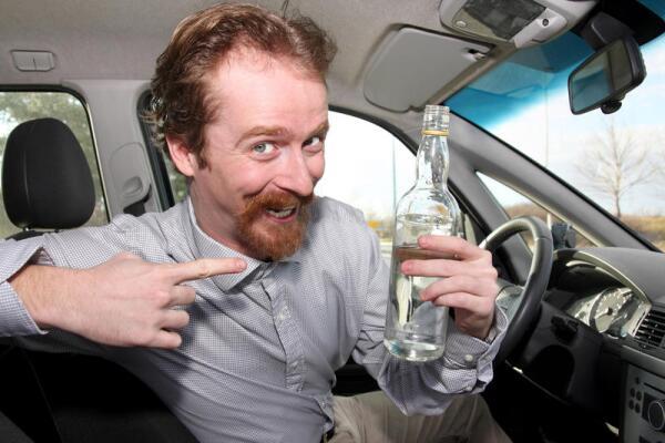 Опасен ли пьяный водитель в припаркованном автомобиле?