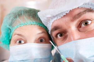 Почему женщины делают нелепые пластические операции?