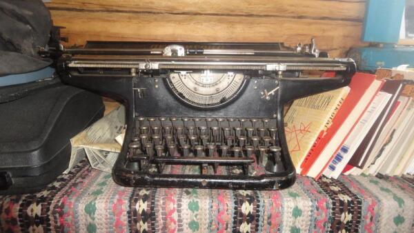 На этой машинке с латинским шрифтом Ортье Степанов напечатал многие из своих произведений