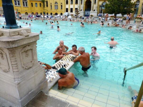 Самый популярный открытый бассейн термальных бань Сечени