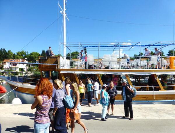 Фиш-пикник, наша яхта прибыла на остров Хвар