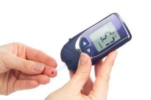 Регулярное определение уровня сахара в крови является мерой по предупреждению возникновения диабетических осложнений.