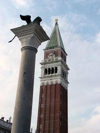 Кампанилла и крылатый лев Святого Марка на колонне