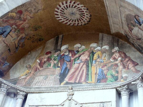Похищение тела Святого Марка запечатлено для потомков на портале собора