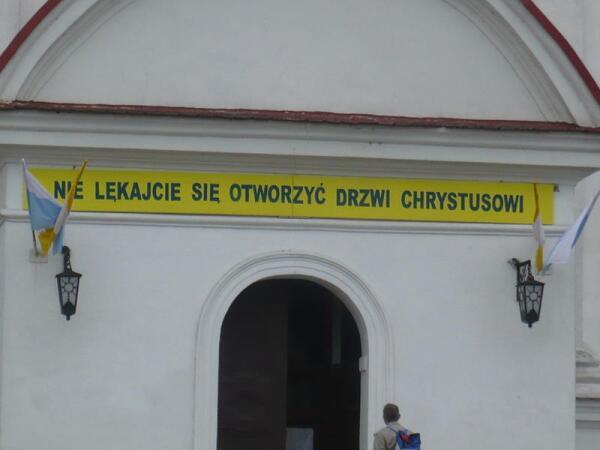 Надпись на польском языке на фасаде костёла города Гродно