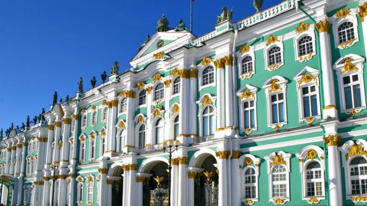Какого цвета был Зимний дворец?