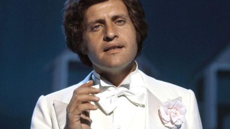 В 1969 году на телешоу Джо впервые выступает в белом костюме, ставшем для него такой же визитной карточкой, как и песня про Елисейские Поля