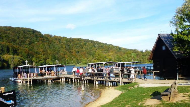Экскурсия начинается с плаванья по озеру на кораблике