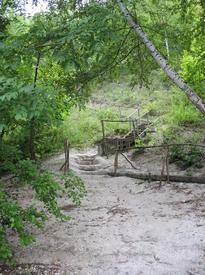 Лестница от пристани к пещерам