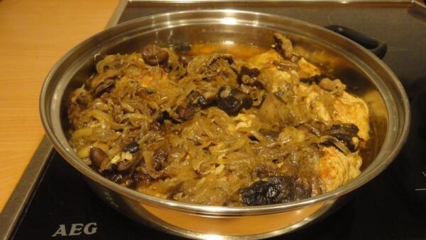 ...на кусочки свинины - лук, обжаренный с грибами