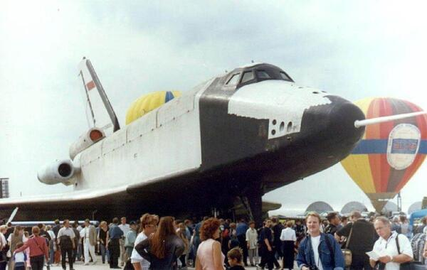 Образец «Бурана» ОК-ГЛИ (БТС 002) для тестирования в атмосфере. Авиа-космический салон МАКС, 1999.