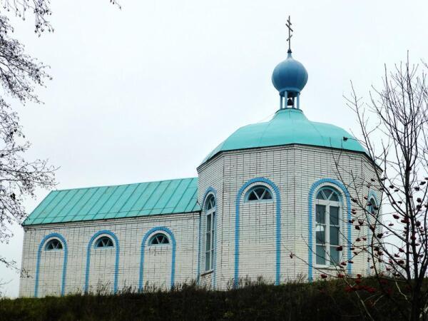 Храм, вид от источника