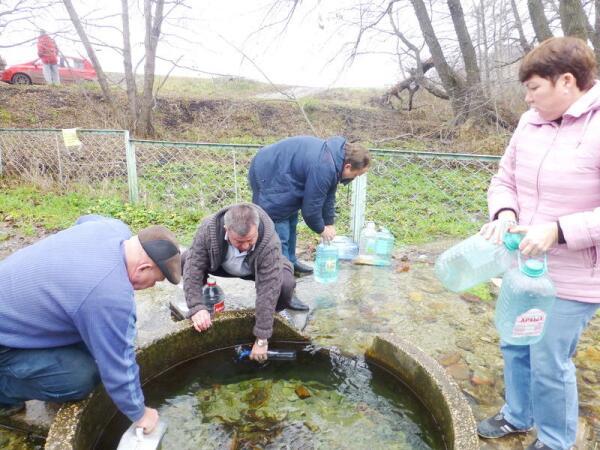 Воду источника собирают в разные ёмкости и отвозят домой