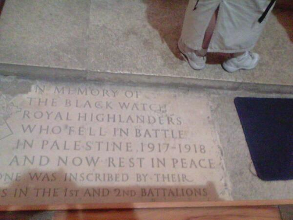 На полу - памятная плита в честь погибших воинов