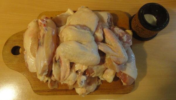 Курицу разделали на порционные кусочки, каждый из которых чуть присолили