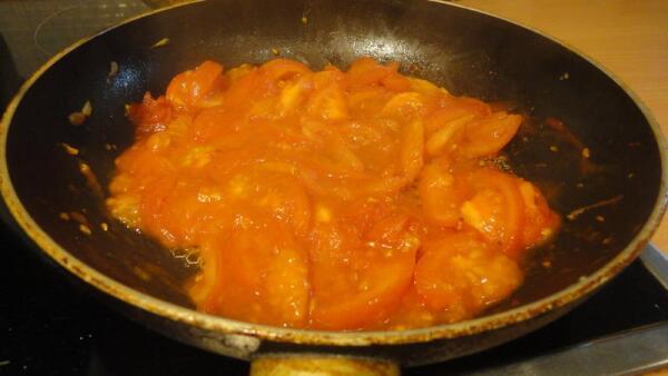 Минуты две три обжариваем кетчуп с помидорами