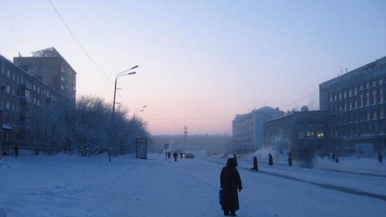 Воркута, ул. Ленина. Справа - Дворец пионеров (д.47), прямо - пл. Юбилейная