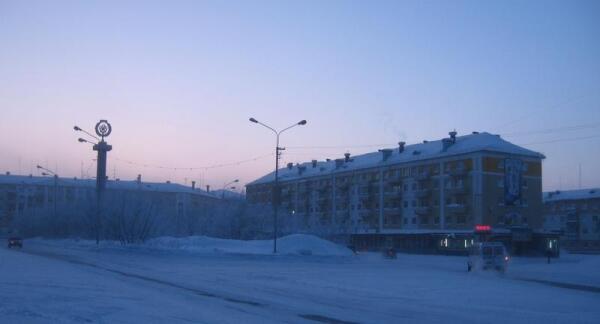 Воркута, Юбилейная площадь. Слева - стела «Шахтерская слава», справа - магазин