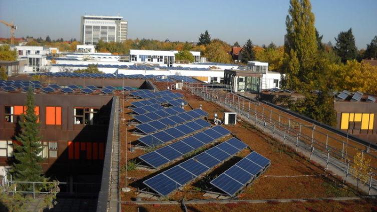 Солнечные батареи на крыше Свободного университета в Берлине