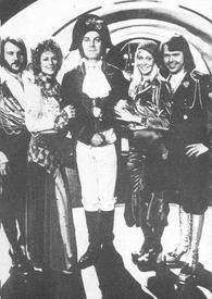 На фото - дирижёр Свен-Олоф Валлдорф в костюме Наполеона вместе с членами АББЫ