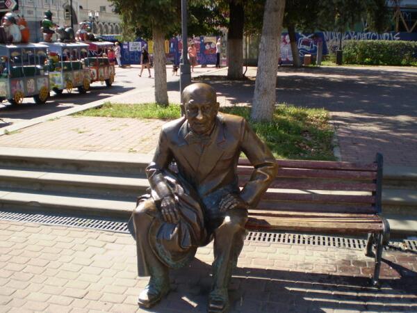 Памятник Е. Евстигнееву на ул. Б.Покровской
