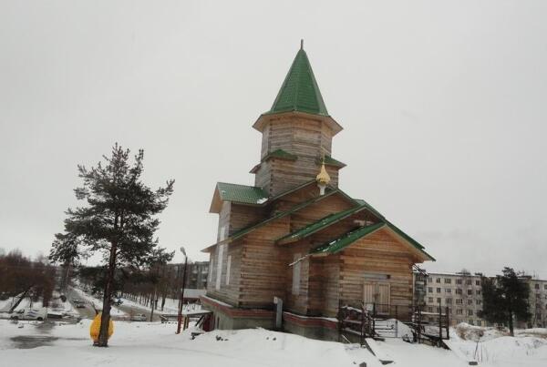 Храм стоит на небольшой возвышенности, от которой вниз, под горку, уходит бульвар Советов