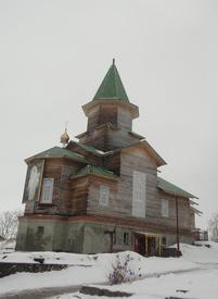 Церковь состоит из двух разных частей – каменный низ, деревянный верх