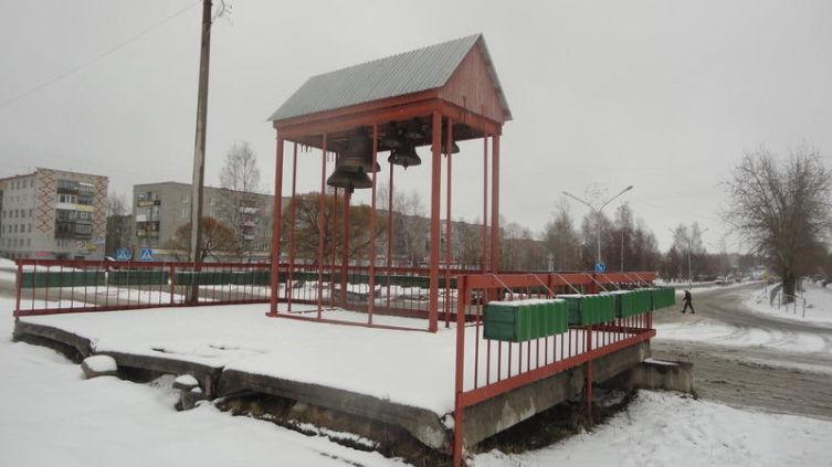 У звонницы храма пока нет своего отдельного здания, колокола расположены под навесом на открытой площадке