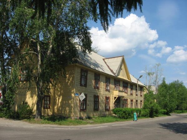 Угол улиц Ленина и Гражданской. Наискосок, на другой стороне перекрестка, гостиница
