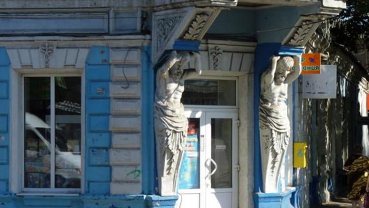Атланты держат эркер на каменных руках. Мелитопольская типография