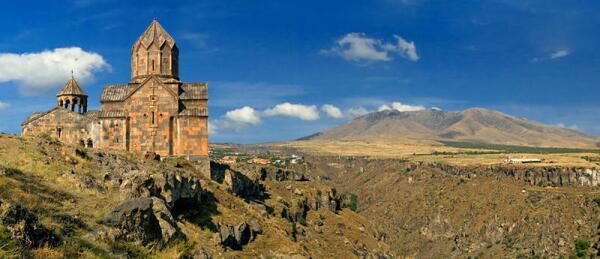 Южная стена монастыря Ованаванк: слева притвор с ротондой, правее храм св.Карапета. Каньон разделяет монастырь и Араилер (гора Ара)
