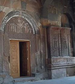 Тимпан дверного проема церкви св.Карапет, барельеф с изображением «мудрых и неразумных дев», между ними фигура Христа, который правой рукой благословляет «мудрых», а левой – порицает «неразумных дев», справа два хачкара