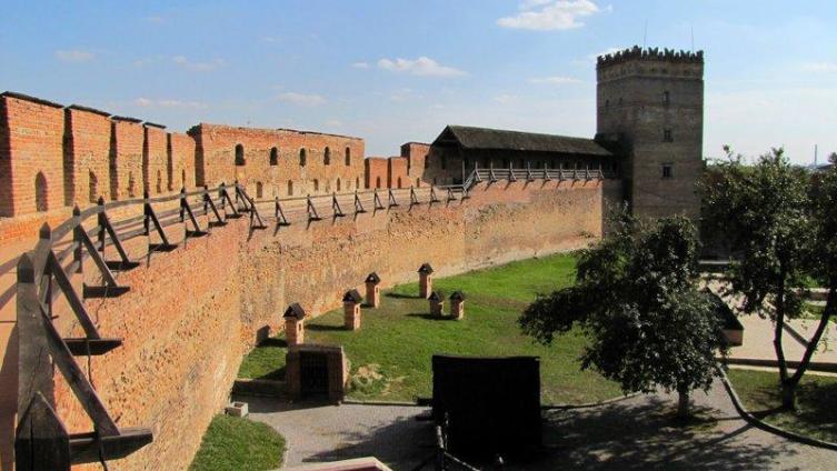 На дальнем плане - Стыровая башня Луцкого замка. От неё начинали спускаться вниз по склону холма стены Нижнего замка