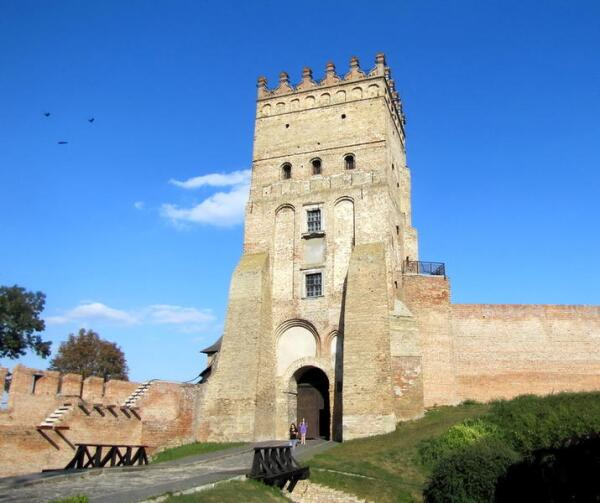 Основным рисунком оборотной стороны украинской банкноты номиналом 200 гривен стала Въездная (Воротная) башня Луцкого замка
