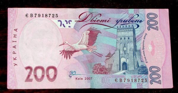 Оборотная стороны украинской банкноты в 200 гривен. На дальнем плане (слева) видна шатровая кровля Владычьей башни Луцкого замка