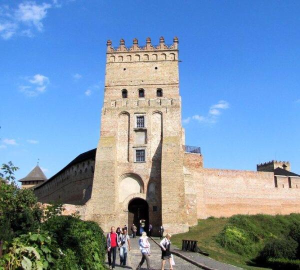 Въездная (Воротная) башня Луцкого замка. Слева видна часть Владычьей башни, справа - Стыровой