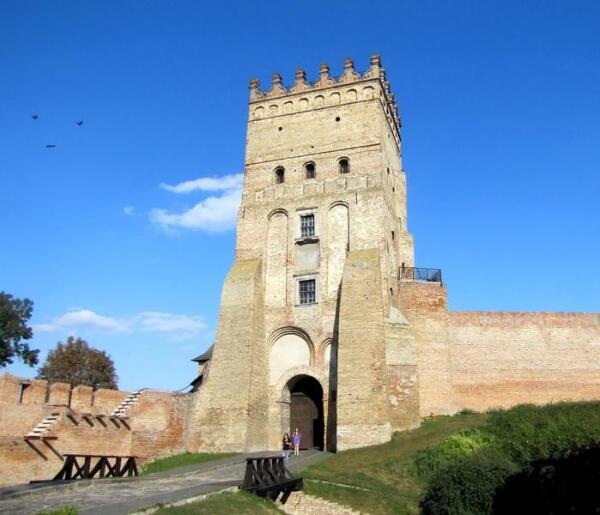На фасаде Въездной (Воротной) башни замка хорошо видны проемы замурованных в XVI веке прежних въезда и входа в него