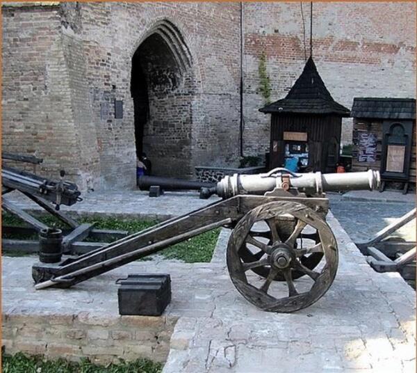 Во дворе замка, у Въездной башни, установлены средневековые орудия и штурмовые приспособления