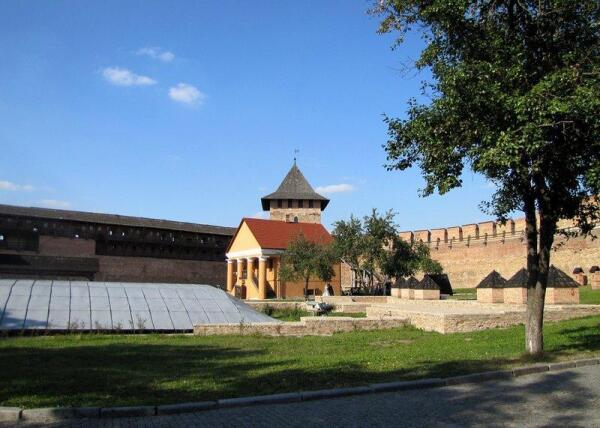 Дворец епископа, перед ним - остатки церкви Иоанна Богослова, за - Владычья башня замка