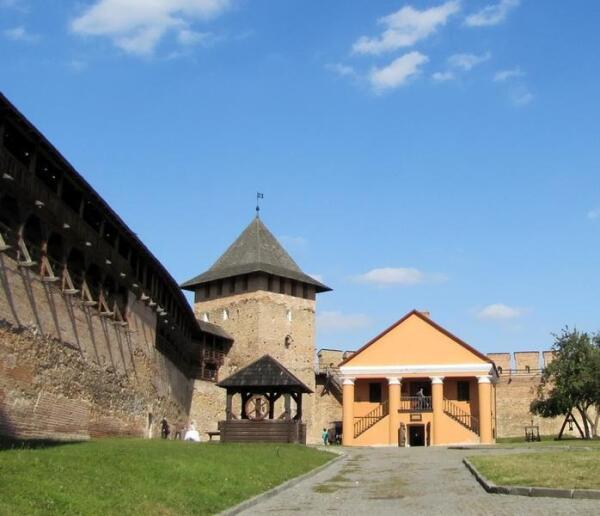 Дворец епископа, слева от него Владычья башня, перед которой колодец
